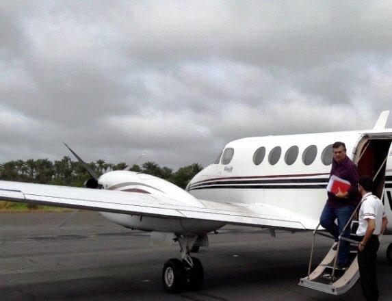 Governador Flávio Dino desembarcando de avião (foto ilustração).