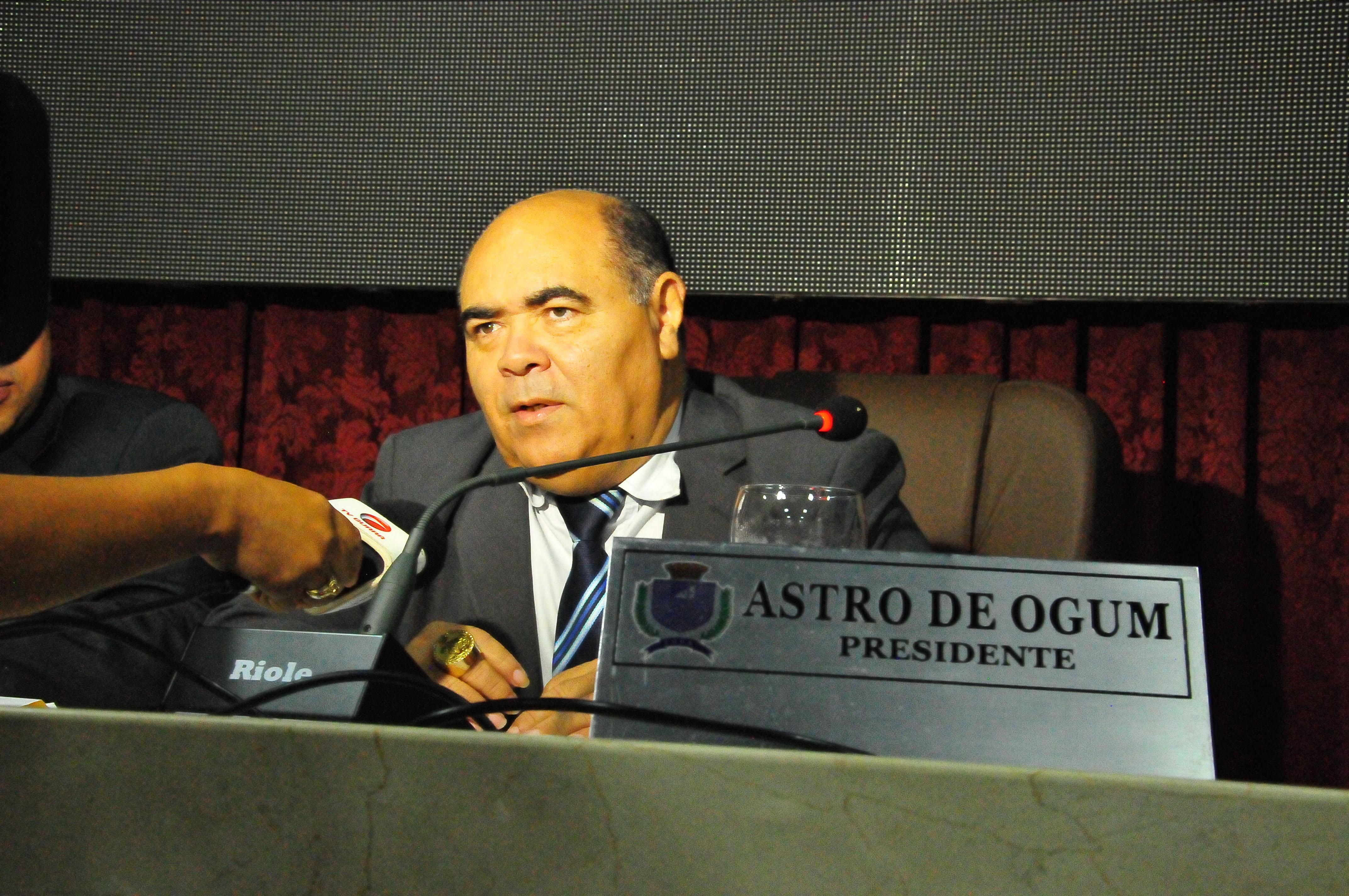 Presidente Astro deOgum anuncia que Câmara quer cumprimento da lei sobre transporte particular de passageiros.