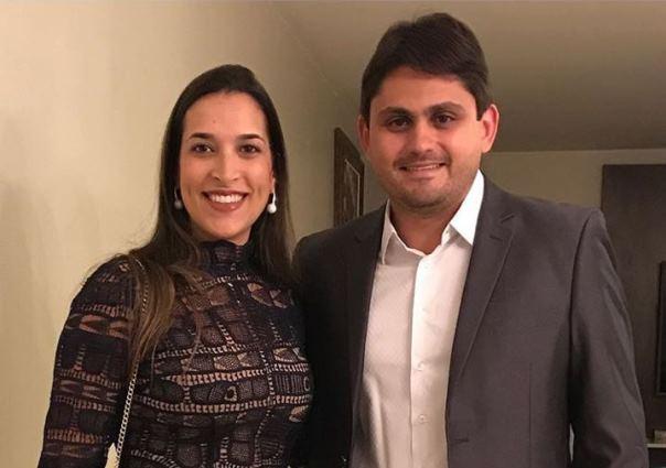 Lia Cavalcanti Fialho Rezende ao lado do esposo e deputado federal Juscelino Filho. Ela é proprietária de duas empresas que operam valores altíssimos na saúde do governo Flávio Dino.