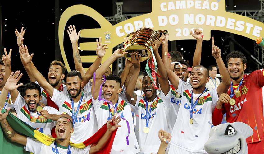 Jogadores com a taça de campeão da Copa do Nordeste 2018, na Arena Fonte Nova, em Salvador. (Foto: Margarida Neide / Ag. A Tarde)