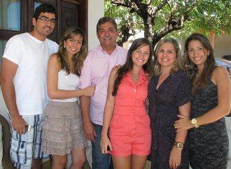 Florêncio Neto (esquerda), irmãs, mãe e o deputado Carilhos Florêncio