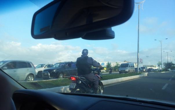 Na maior cara de pau, policial militar pitola moto sem capacete.