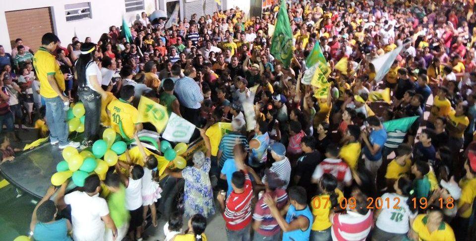 População comemora retorno da prefeita ao cargo.