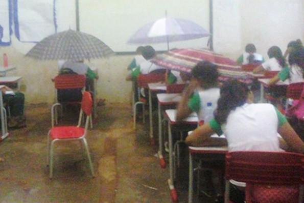 Após chuva, sala de aula do Colégio Municipalizado Guilherme Dourado ficou alagada e alunos tiveram que se proteger com guarda-chuvas (Foto: Uiliene Araújo/Arquivo Pessoal)