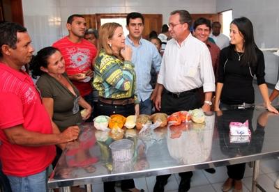 Luis Fernando conversa com prefeita durante visita aos projetos em Ribamar.