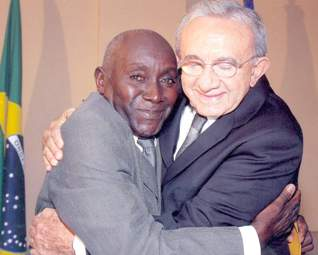 João Francisco abraçado com o ex-governador Jackson Lago.
