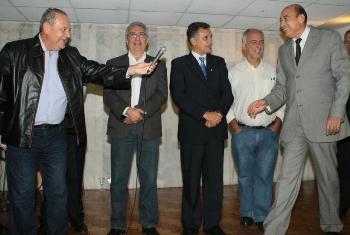 Ribamar Alves comemora com membros da legenda.