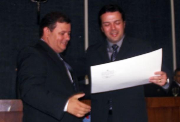 O juiz Mazurkievicz Saraiva de Sousa (à dir.) realizou solenidade de diplomação de Ubiratan Jucá. Foto: Reprodução/Atual7