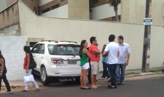 Carro bateu em lixeira do predio (Foto: jornalista Eduardo Martins).