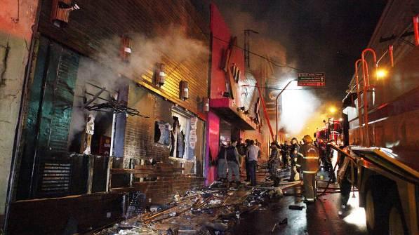 Momentos em que bombeiros trabalhavam para acabar com o fogo.