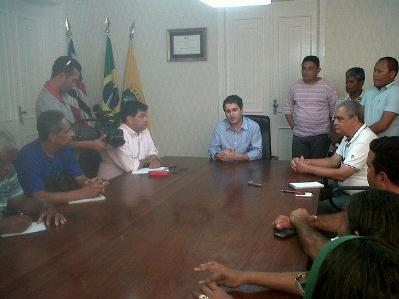 Edivaldo Holanda Júnior reunido com presidente de sindicatos.