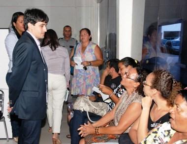André Campos ouve usuários no shopping Dal Plaza na Cohab.