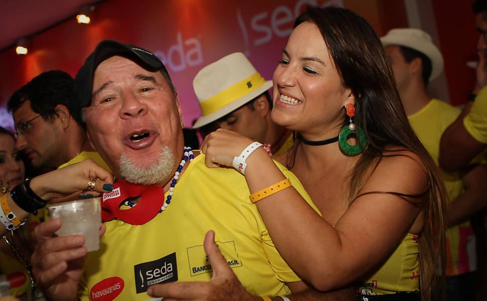 O publicitário Duda Mendonça, absolvido no julgamento do mensalão, e a mulher, Aline Mendonça, em camarote no Carnaval de Salvador, na quinta (7)