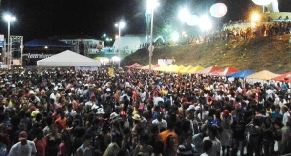 Milhares de foliões participaram do Lava-Pratos na noite de sábado.