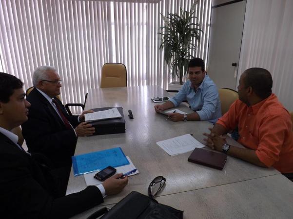 Gil Cutrim reunido com representantes do Tribunal de Contas do Estado.