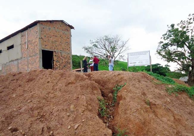 No matadouro, construção cujo valor foi estimado em R$ 375 mil e que tinha prazo de conclusão marcado para 27 de dezembro de 2012, as obras foram paralisadas apenas com as paredes levantadas e o telhado coberto.