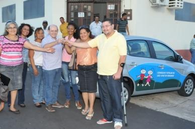 Eudes Sampaio (no centro) entrega chave do veículo para conselheiros tutelares.