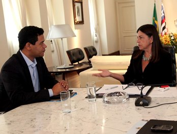 Governadora Roseana Sarney conversa com prefeito Luciano Leitoa.