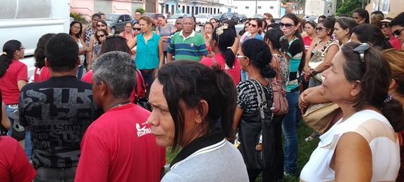 Em Assembleia Geral, realizada na frente da Prefeitura da Raposa, categoria dos professores decidiu paralisar as atividades por 72 horas.