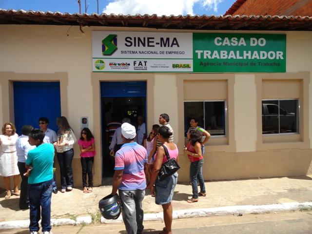 Secretário de Trabalho, José Antônio Heluy, prefeito Eric Costa e autoridades visitaram a agência revitalizada