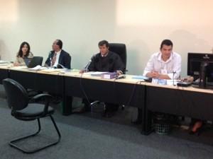 Juiz, promotor e auxiliares na audiencia do Caso Décio Sá (Foto: Clarissa Carramilo/G1)