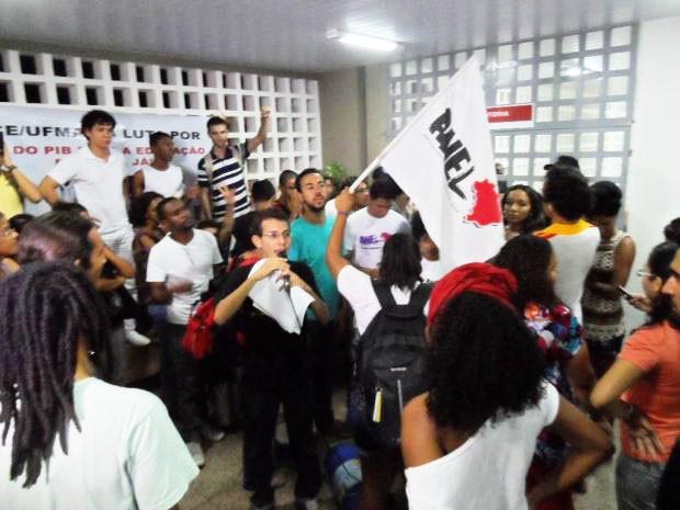Universitários dizem que só saírão do prédio após serem recebidos pela reitoria da UFMA (Foto: Divulgação/Tamires Morais)