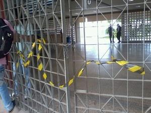Portões de acesso à reitoria foram trancados e estudantes permanecem lá dentro. (Foto: Natasha Marques)