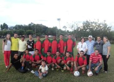 Josimar Cunha e o prefeito Osmar com uma das equipes finalista da Copa