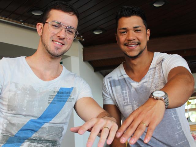 O casal exibe as alianças que trocaram na última terça-feira (6). (Foto: Alex Barbosa/TV Mirante)