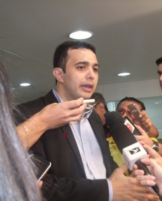O médico Yglésio Moyses, em coletiva na tarde desta segunda-feira (12), no prédio da Assembleia Legislativa do Maranhão. Foto: Gilberto Lima