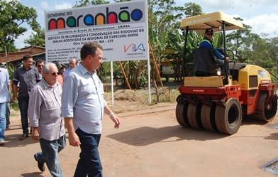Secretário Luis Fernando Silva e demais autoridades em visita a obra de recuperação da malha viária da Regional de Itapecuru-Mirim.