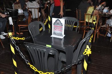 Mesa alusiva a quem bebeu e dirigiu chamou a atenção nos bares da capital durante acão do Detran nos finais de semana