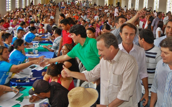 Secretário Luis Fernando Silva durante a solenidade de entrega de imóveis do Minha Casa Minha Vida, no município de Santa Luzia