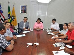 Rodoviários reunidos na tarde de ontem (9), com o prefeito e empresários (Foto: Maurício Alexandre)