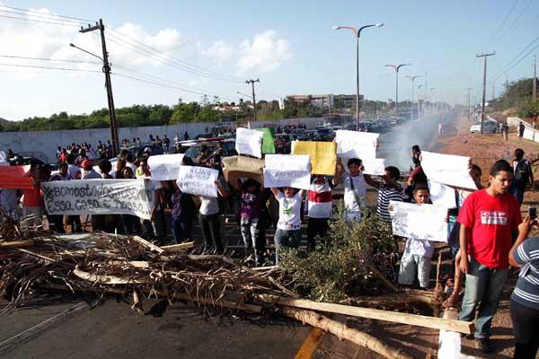 Estudante e professores usam galhos de árvores para interditam a Avenida dos Portugueses