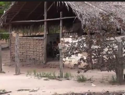 Na pequena casinha sem nenhum conforto para as crianças, o teto coberto de palha já oferece perigo aos alunos.