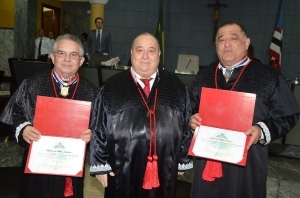 Presidente Guerreiro Júnior entregou a medalha aos desembargadores Jorge Rachid e Marcelino Everton (Foto: Ribamar Pinheiro)