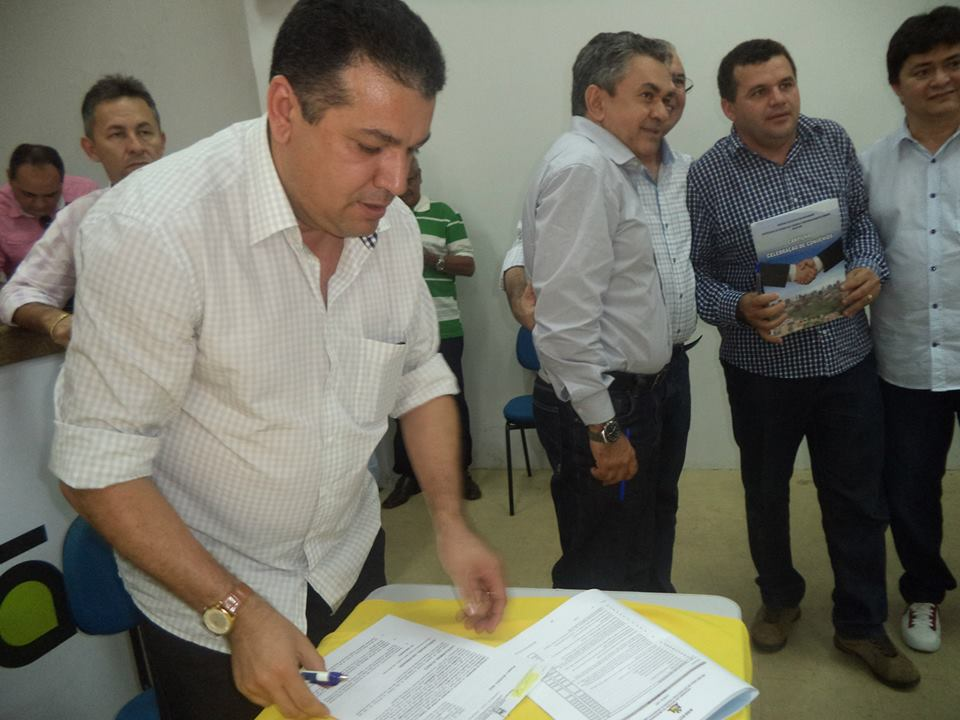 Prefeito José Gomes  assinando convênios.