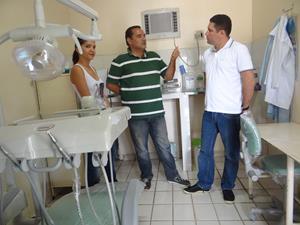Secr.-de-Saúde-Sandro-Monteiro-o-Pref.-Hernando-Macedo-acompanhado-da-Primeira-dama-Everuzia-Macedo-visitando-os-novos-consultório-odontologicos.