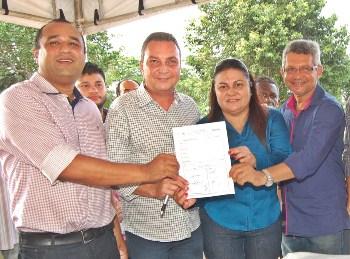 Secretário Luis Fernando Silva e a prefeita Irlahi Moraes e demais autoridades exibem ordem de serviço para pavimentação em Rosário.
