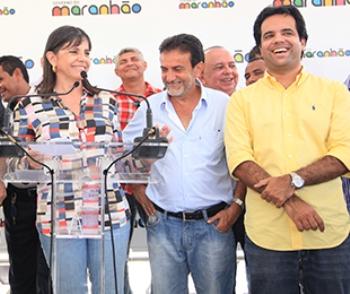 Roseana Sarney em discurso ao lado do deputado Edilázio Júnior.