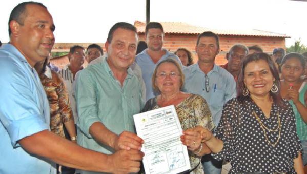 Luis Fernando Silva ao lado da prefeita Maria da Luz Bandeira e dos deputados Roberto Costa e Graça Paz, na solenidade em Governador Eugênio Barros,