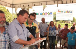 Luis Fernando Silva, ao lado do prefeito Sérgio Albuquerque e demais autoridades, assina ordem de serviço para pavimentação de rodovias