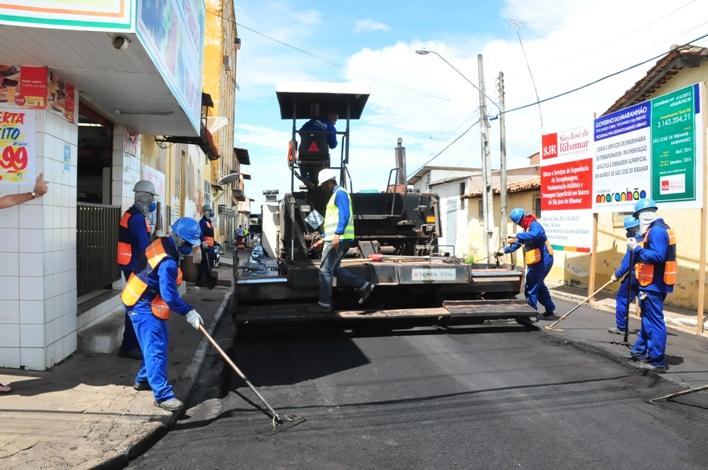 Também fruto de convênio entre Estado e Município, ruas da Sede de Ribamar estão sendo asfaltadas.