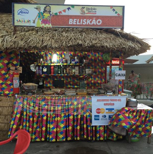 Uma das principais barracas no Arraial da Prefeitura vende comida com bactéria.