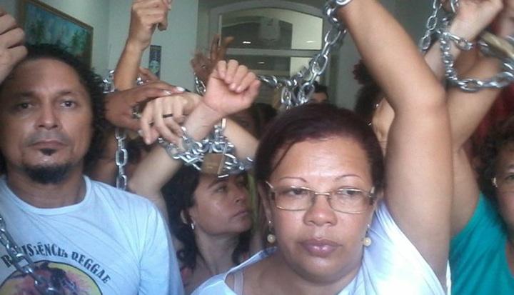 Temendo uma ação policial, parte dos grevistas acorrentaram-se dento do imóvel. - Foto: João Ricardo/Mirante AM