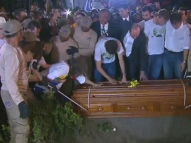 Família se despede, momentos antes do caixão de Eduardo Campos descer à cova. (Foto: Reprodução / TV Globo)