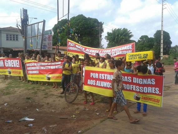 Alunos em apoio aos professores da rede municipal de São Luis