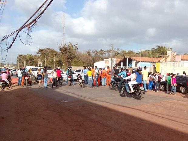 Moradores e comerciantes em protesto realizado na área do bairro do Araçagy (Foto: Carla Lima/O Estado)