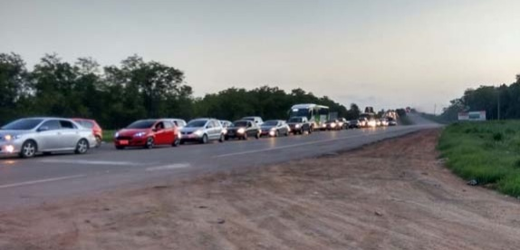Motoristas e passageiros enfrentam engarrafamento na saída de São ...